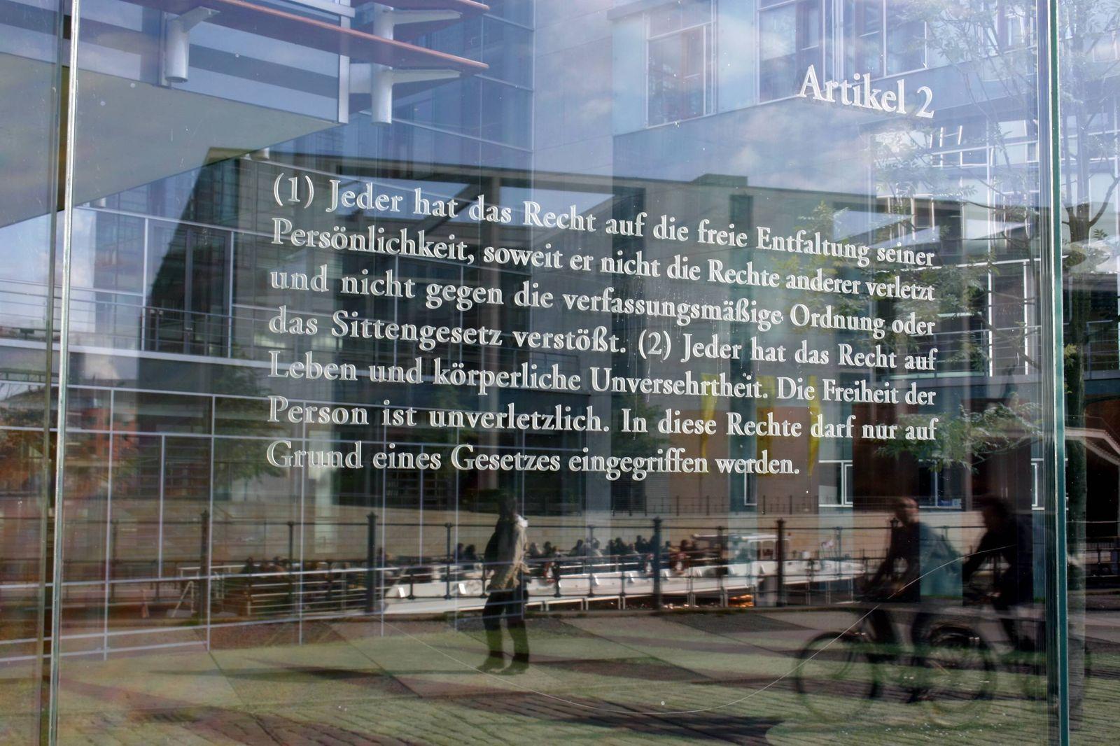 Jeder hat das Recht auf freie Entfaltung seiner Persönlichkeit Glasplatte des israelischen Künst