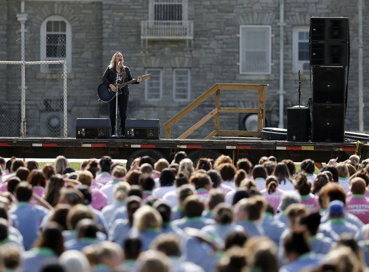 Melissa Etheridge mit Gitarre, Mikro, Musikanlage: Mehr braucht es nicht