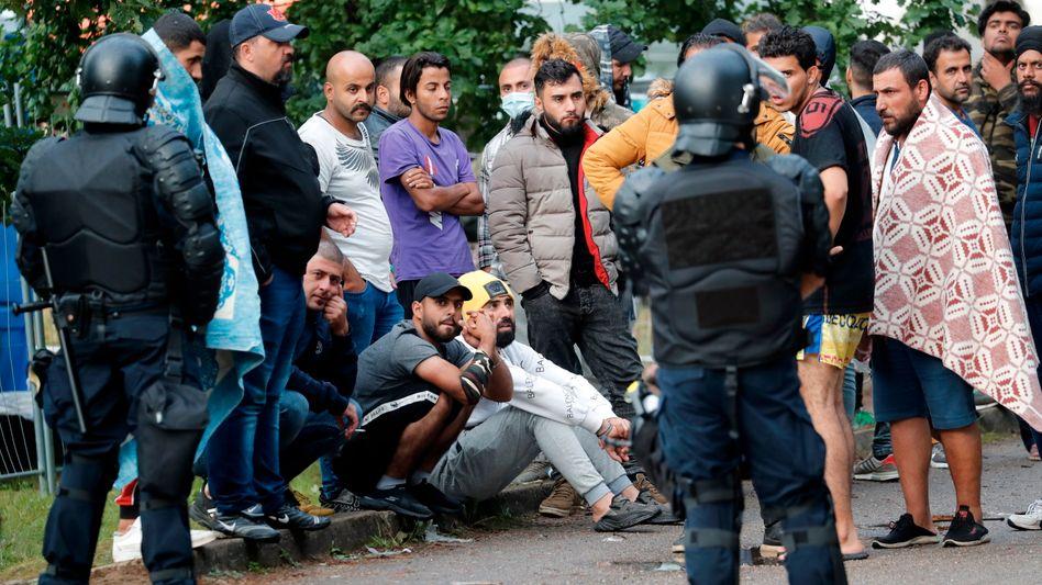 Litauische Sicherheitskräfte in einem Flüchtlingscamp in der Nähe der litauischen Hauptstadt Vilnius