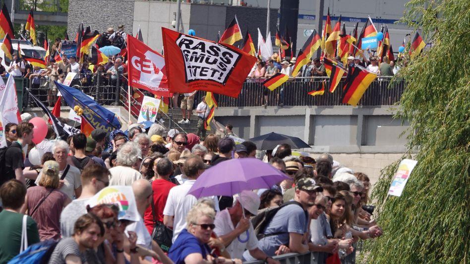 AfD-Anhänger und Gegendemonstranten in Berlin (Archivbild)