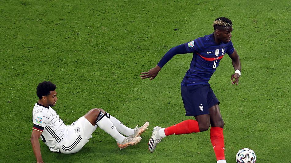 Paul Pogba (r.) lässt Serge Gnabry einfach stehen