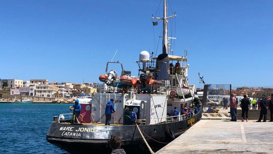 """Die """"Mare Jonio"""" im Hafen von Lampedusa"""