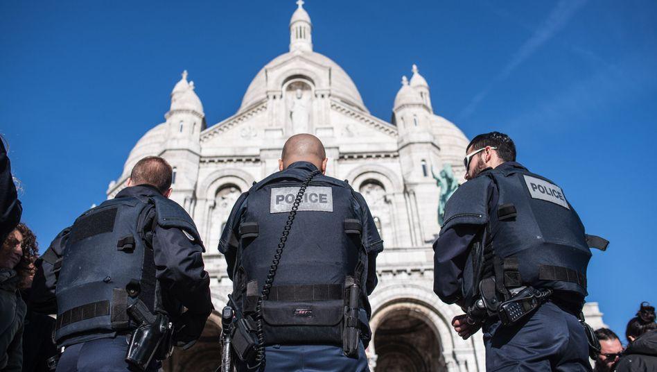 """Französische Polizisten in Paris: """"Spezialist, der Umgang mit Sprengstoff gewohnt ist"""""""