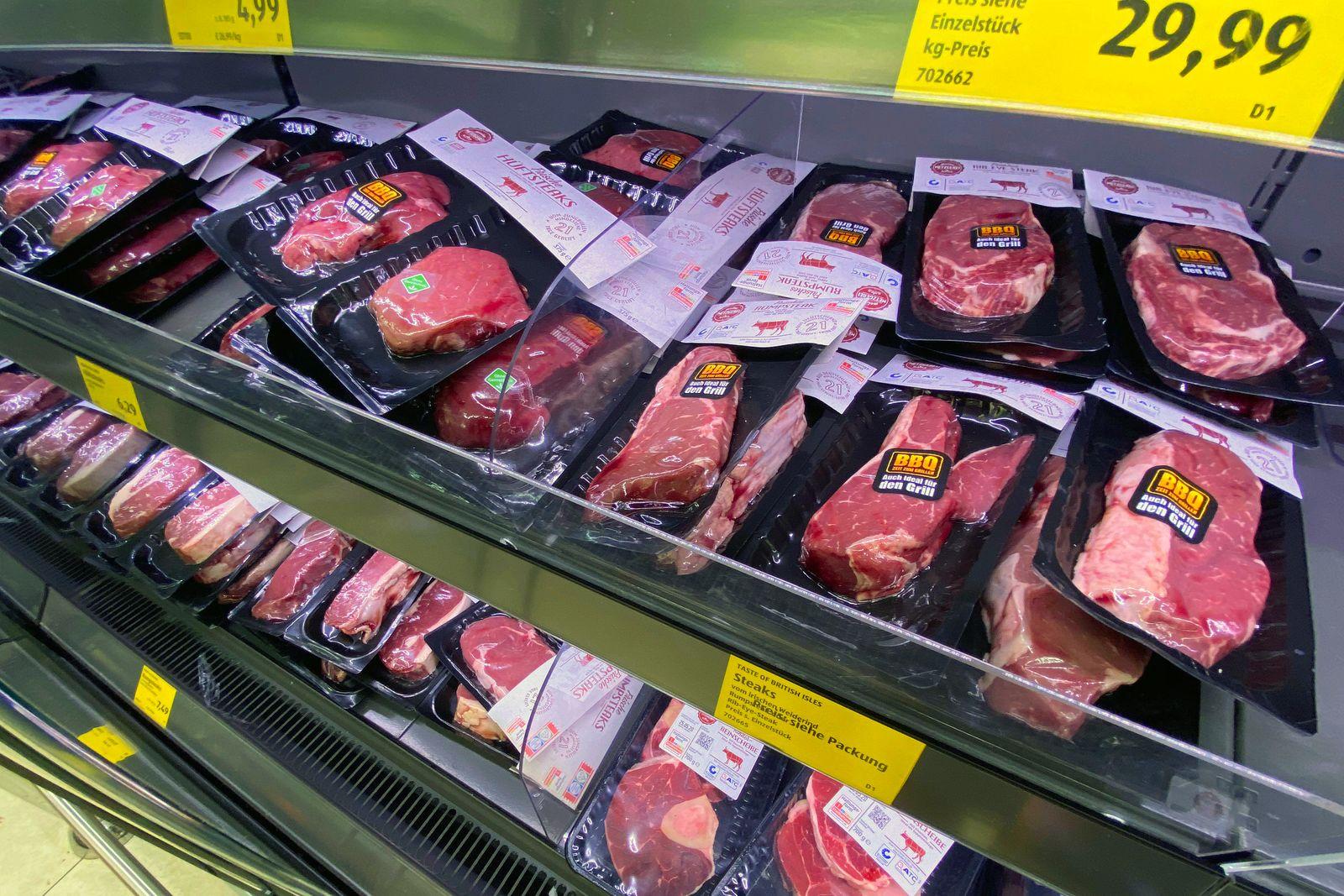 Trotz Missstaenden in der Fleischindustrie- Aldi will die Fleischpreise senken. Blick in ein Kuehlregal mit in Folie ge