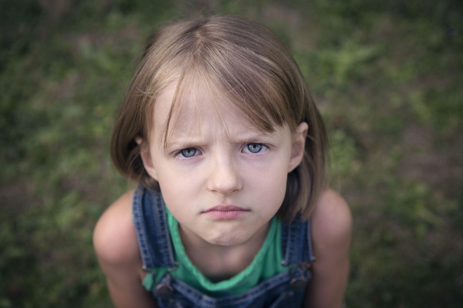 EINMALIGE VERWENDUNG Mädchen/ Böse fragend