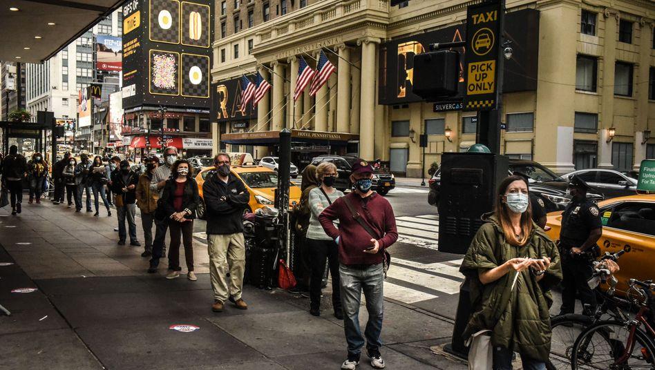 Frühe Wähler in New York warten in der Schlange, bis sie an der Reihe sind