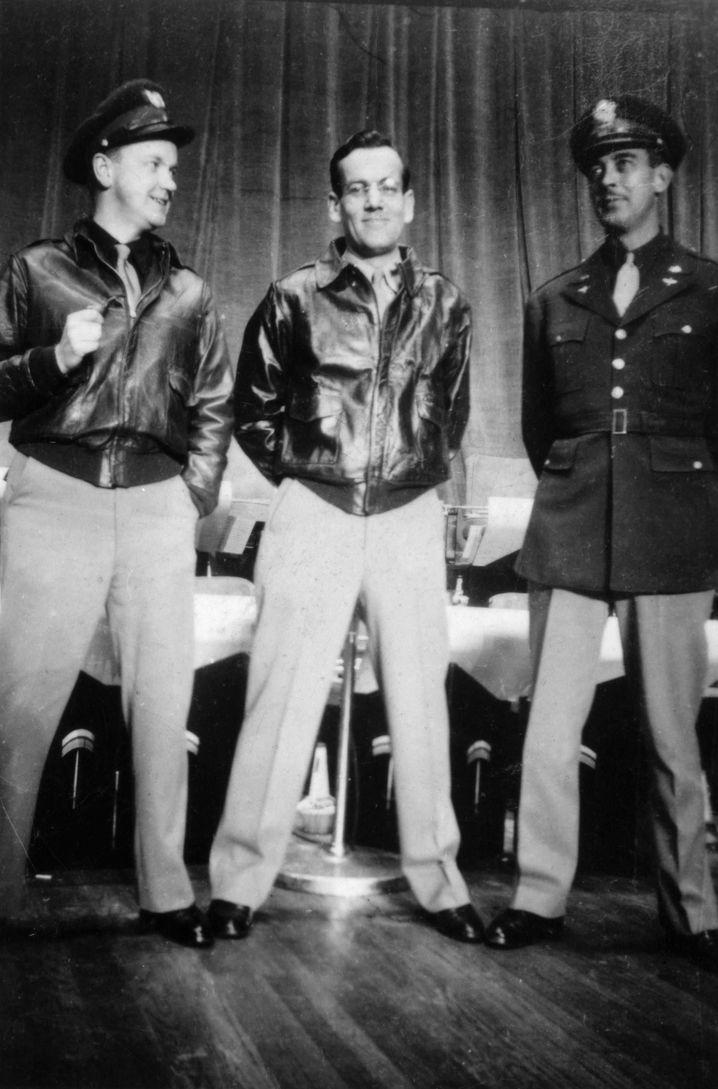 Das letzte Foto von Glenn Miller (Mitte; mit Paul Dudley und Don Haynes)