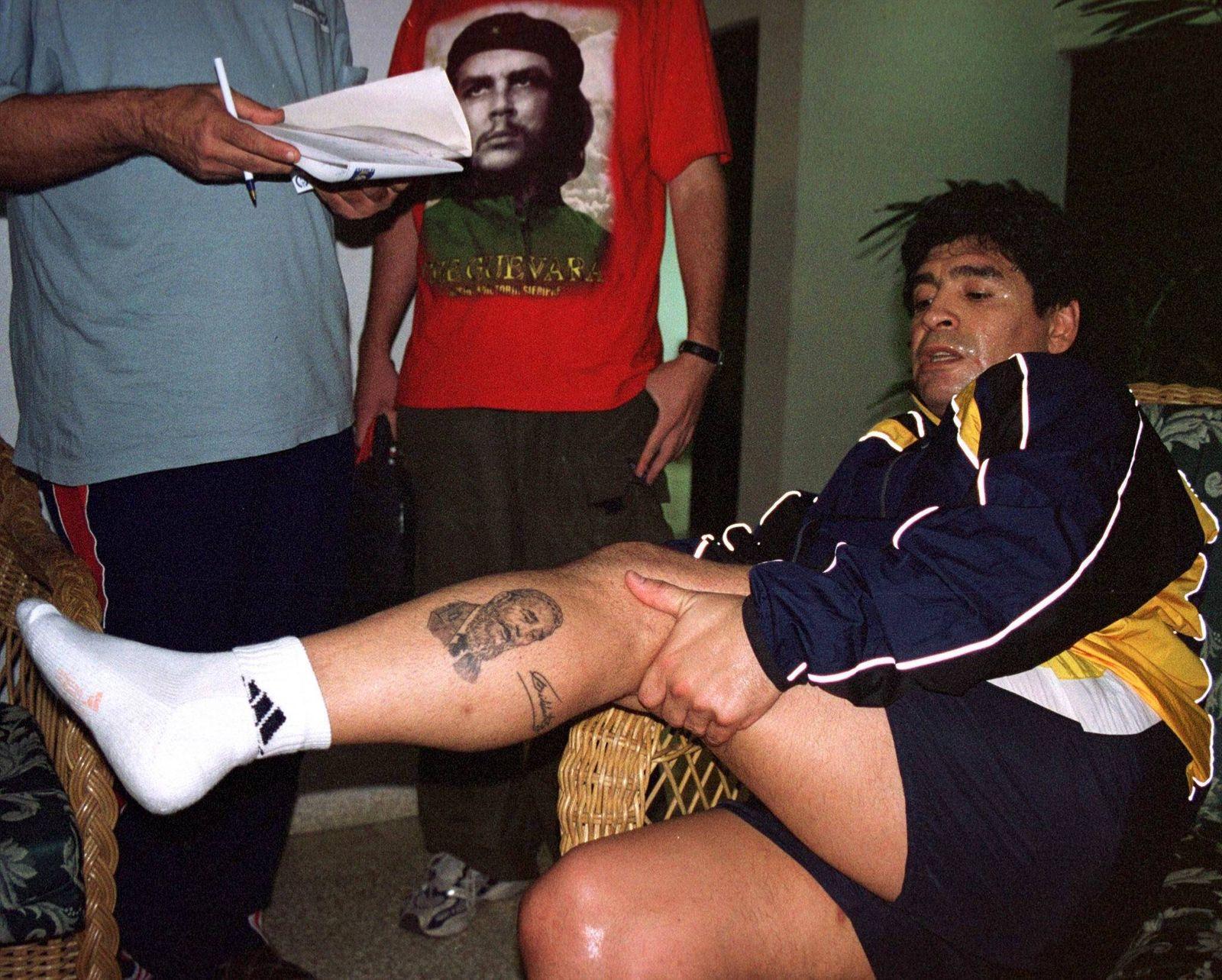 Diego Armando Maradona (Argentinien) präsentiert schweißüberströmt seine Fidel Castro Tätowierung an der Wade