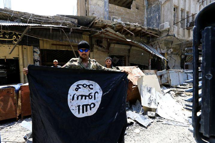 Irakischer Soldat mit IS-Flagge in Mossul