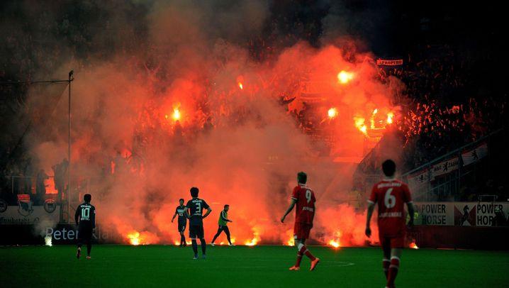 Relegationsspiel Hertha-Düsseldorf: Die Bilder des Skandal-Spiels