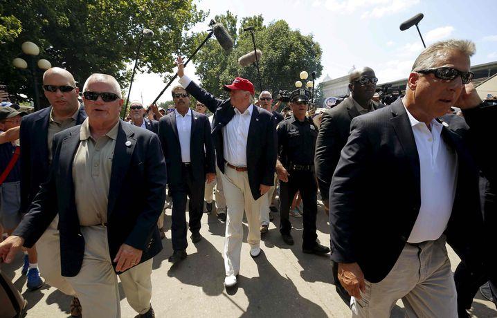 Donald Trump mit Sicherheitspersonal: Moderne Insignien der Macht