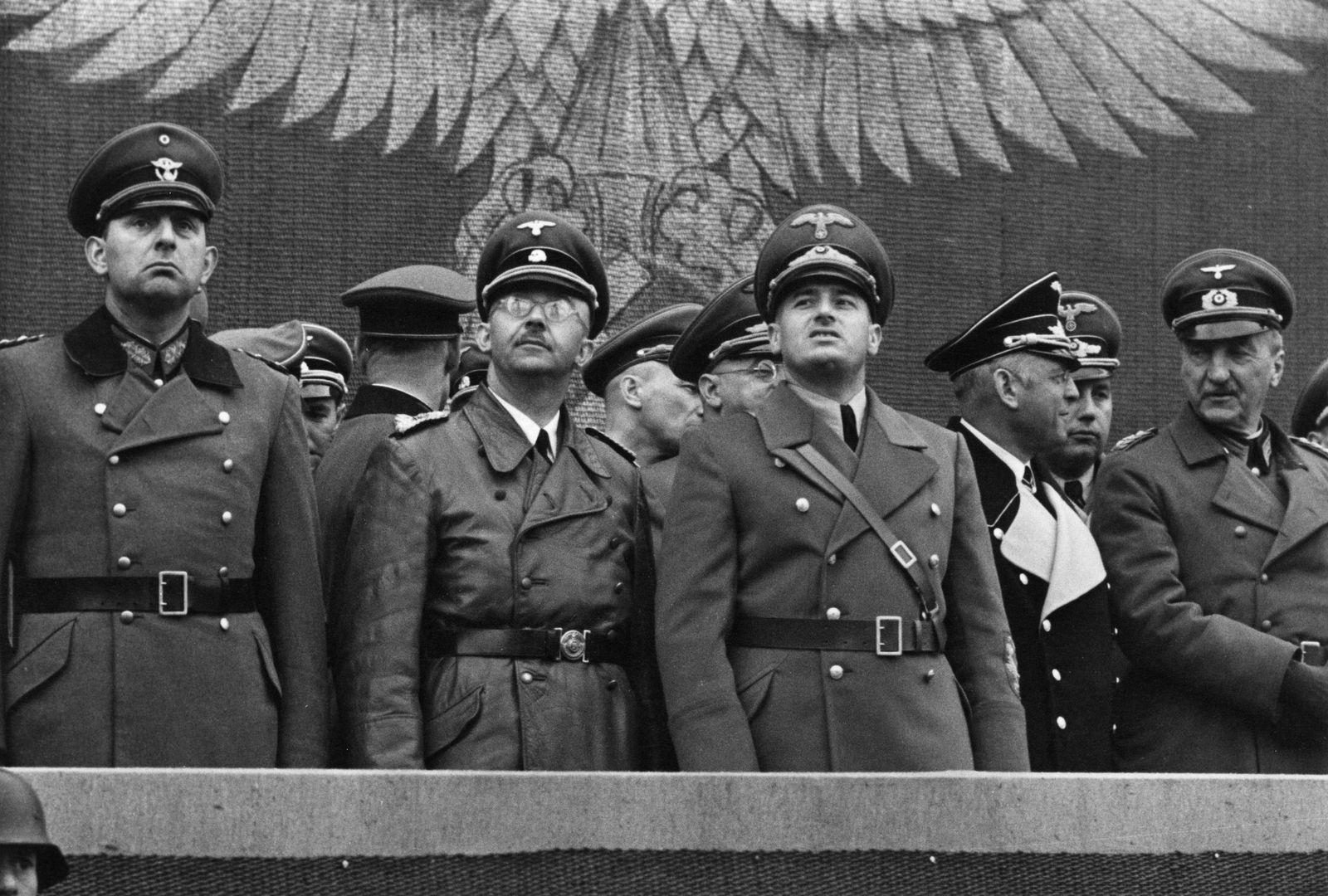 Hans Swarowsky - Parade deutscher Polizeitruppen in Krakau anl??lich des 1. Jahrestages der Gr¸ndung des Generalgouvernements.
