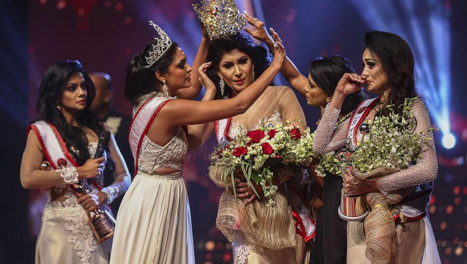 »Mrs Sri Lanka«, Pushpika de Silva (Mitte), kurz nach ihrer Krönung – da wurde ihr die Krone auch schon wieder entrissen