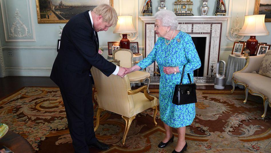 Boris Johnson und Queen Elizabeth II. (Archivbild Juli 2019): Aktuell nur telefonisch in Kontakt