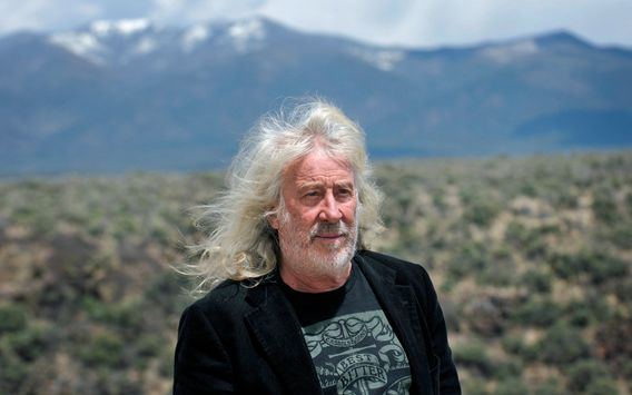 Der Architekt Michael Reynolds, 75, hat sich den Bauplan für die Earthships ausgedacht.