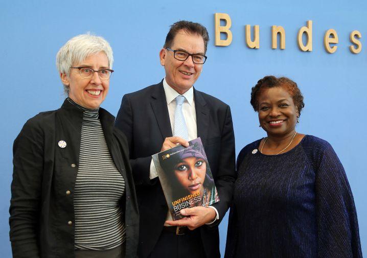 Renate Bähr von der Deutschen Stiftung Weltbevölkerung (DSW), Entwicklungsminister Gerd Müller und Natalia Kanem von der Uno-Organisation UNFPA