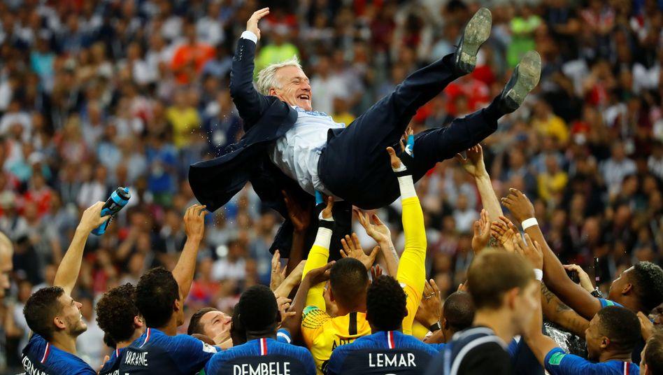 """So feierten die """"Bleus"""" ihren Trainer Didier Deschamps nach dem WM-Gewinn"""