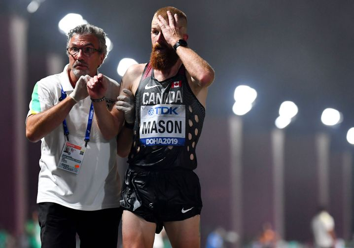 Auch der Athlet John Mason aus Kanada brauchte Hilfe, wurde von einem Betreuer versorgt