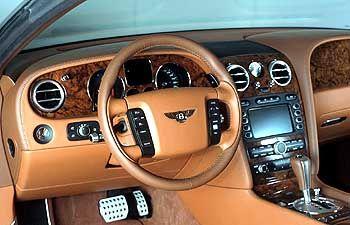 Bentley Continental GT: Im Woodshop verarbeiten 80 Spezialisten vom Schreiner bis zum Kunsttischler das Wurzelholz