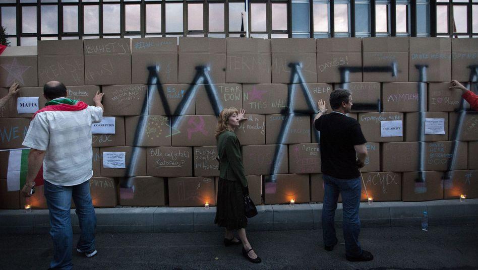 """""""Berliner Mauer"""" vor der deutschen Botschaft: Protest gegen die """"Mafia"""""""