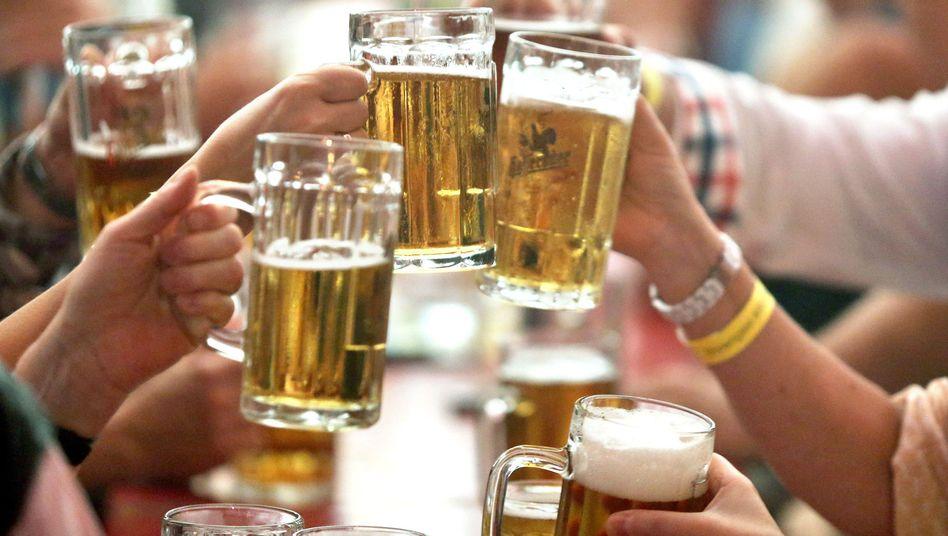 Feiernde mit Bier