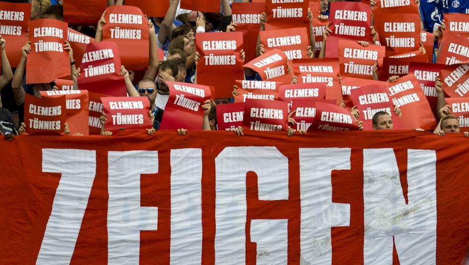 Protest von Schalke-Fans gegen Clemens Tönnies