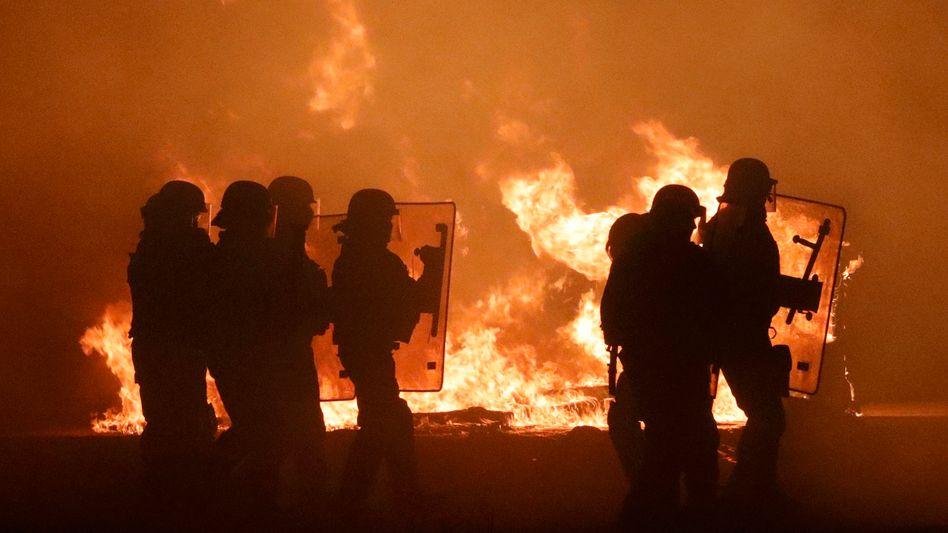 Französische Polizisten in Calais, am Vorabend der Räumung