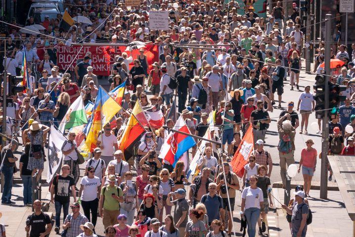 Demonstranten ohne Schutzmasken auf der Friedrichstraße in Berlin