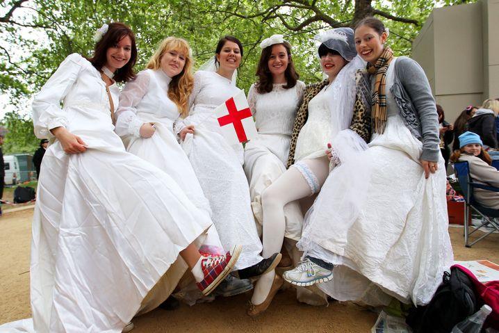 Vor Westminster Abbey zeigen weibliche Wedding-Fans ihre Strumpfbänder. Interesting