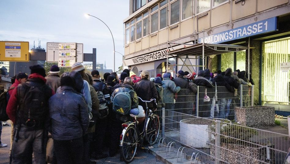 Obdachlose vor Hamburger Unterkunft: »Migranten missbrauchen das Notprogramm«