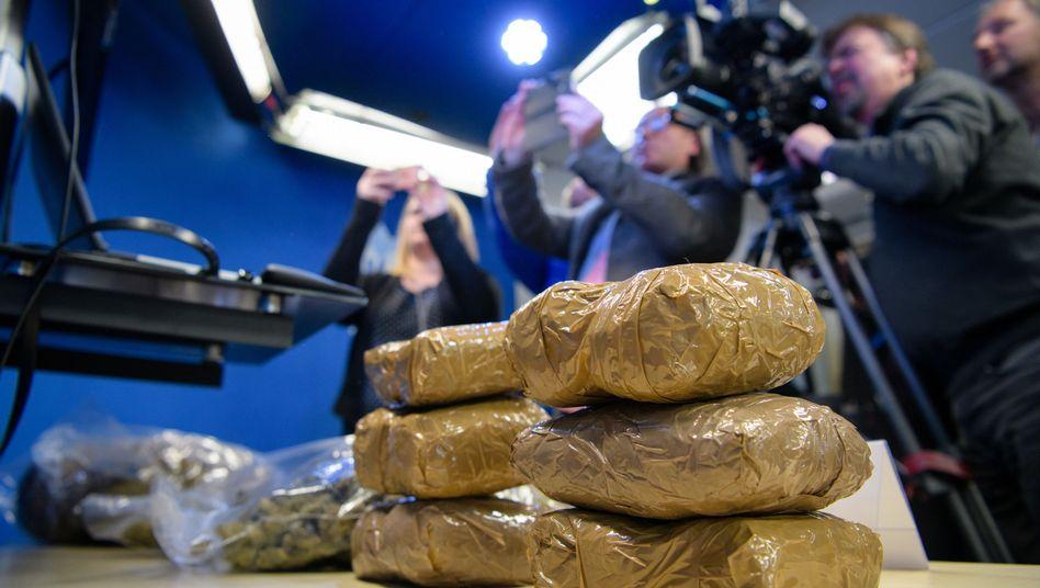 Beispielhafte Drogenfunde von Marihuana und Haschisch bei einer Pressekonferenz des bayerischen LKA