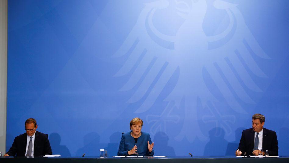 Kanzlerin Merkel mit Berlins Regierendem Bürgermeister Müller und Bayerns Ministerpräsident Söder (Archivfoto)