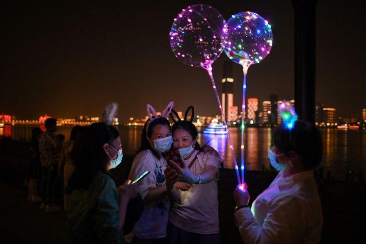 War da was? Nachtschwärmer in Wuhan, der Stadt, in der die Coronavirus-Pandemie ihren Anfang nahm