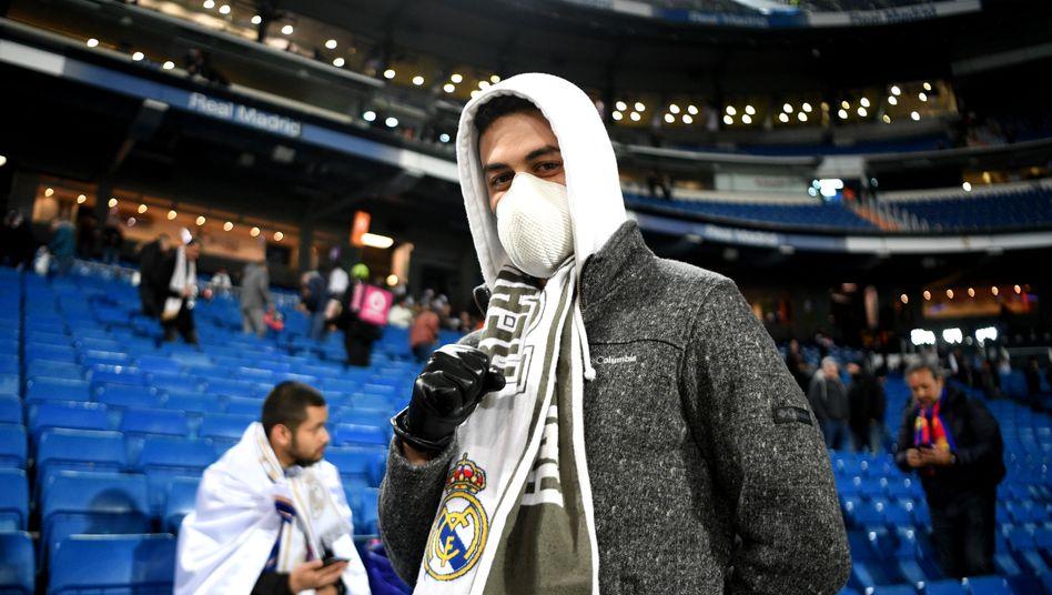 Ein Fan von Real Madrid trägt beim Clásico gegen Barcelona am 1. März Mundschutz