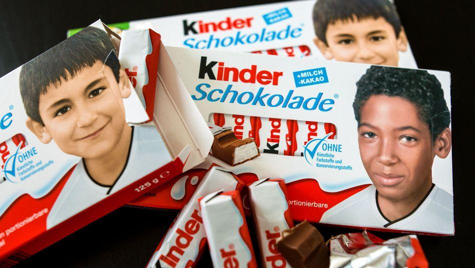Schokolade-Packungen mit Jugendfotos von Fußballnationalspielern