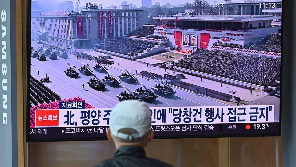 Bahnhof in Seoul: Ein Mann schaut im südkoreanischen TV einen Archiv-Bericht über eine zurückliegende Militärparade in Nordkorea
