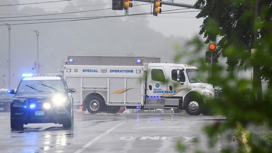 Zahlreiche Polizeieinheiten waren rund um die Interstate 95 bei Wakefield im US-Bundesstaat Massachusetts im Einsatz