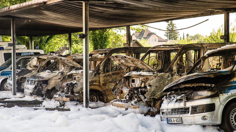 Ausgebrannte Polizeiautos in Bielefeld