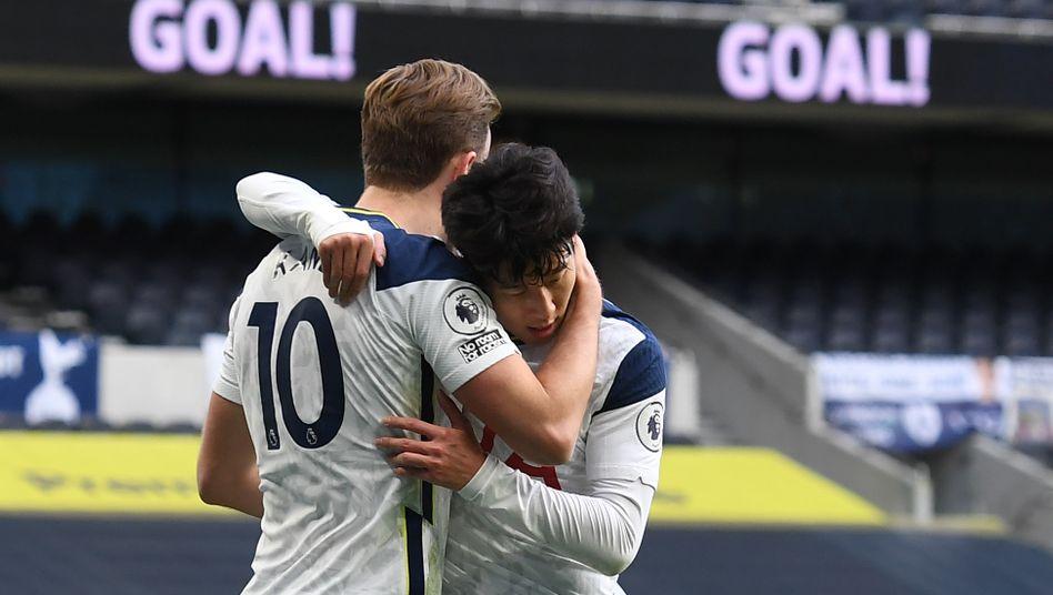 Harry Kane umarmt Heung-Min Son – oder umgekehrt