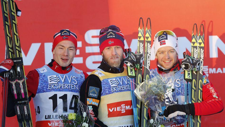 Skilangläufer Sundby (M.) mit Teamkollegen Krogh (l.) und Røthe (r.): Norwegisches Podium