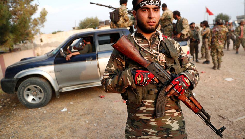 Protürkischer syrischer Kämpfer auf der türkischen Seite der Grenze, vor der Abfahrt nach Nordsyrien