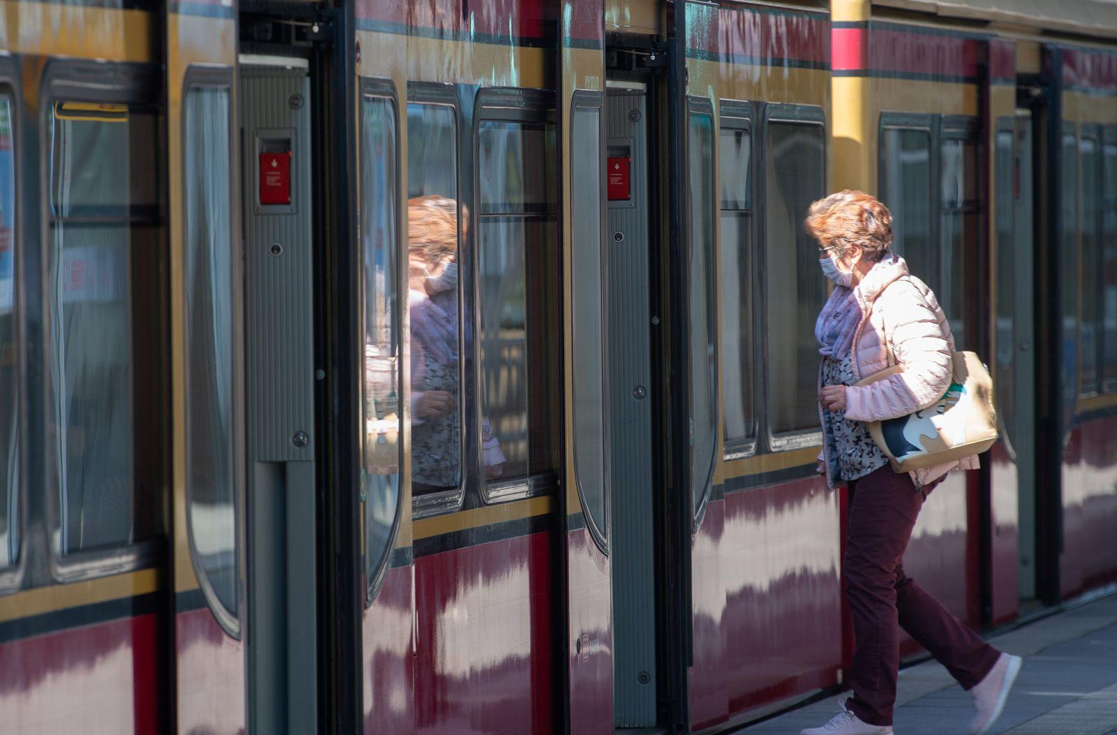 Coronavirus -mit Maske in die S-Bahn