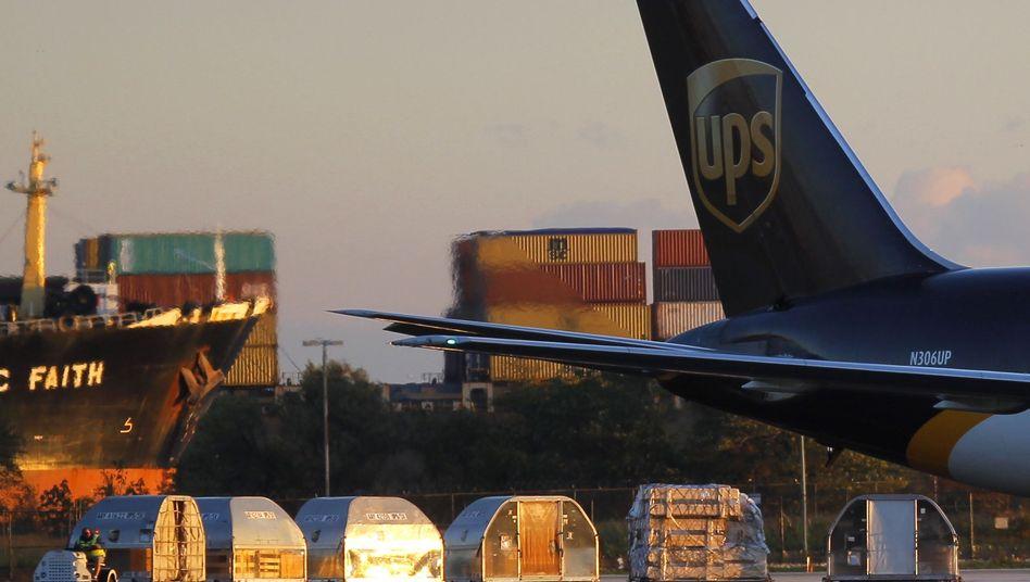 Frachtcontainer vor UPS-Flugzeug: Zusätzliche Sicherheitsmaßnahmen geplant