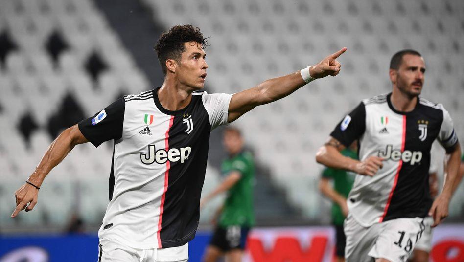 Der Jubel in Richtung Ersatzbank: Cristiano Ronaldo verwandelte gegen Atalanta gleich zwei Handelfmeter