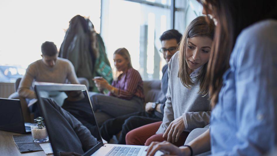 Laptop-Nutzer in einem Café