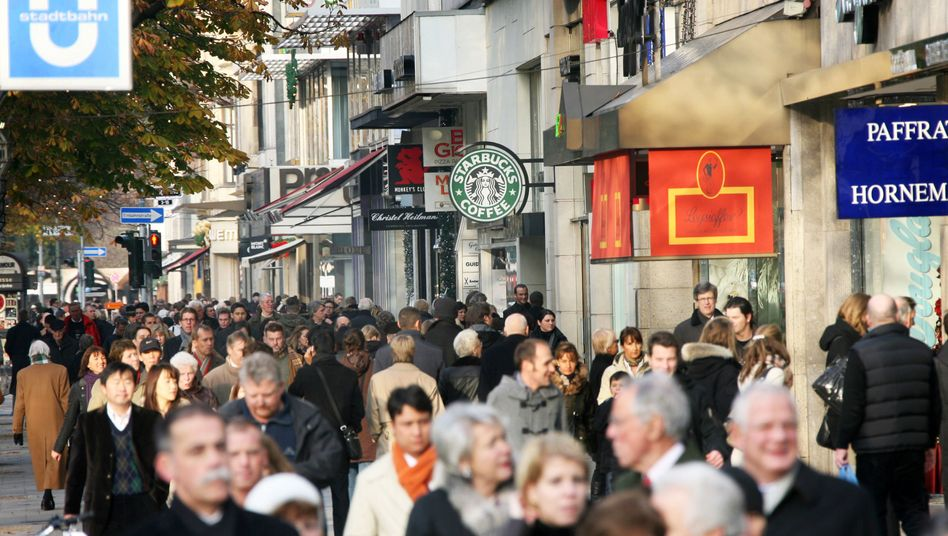 Menschen auf der Düsseldorfer Königsallee