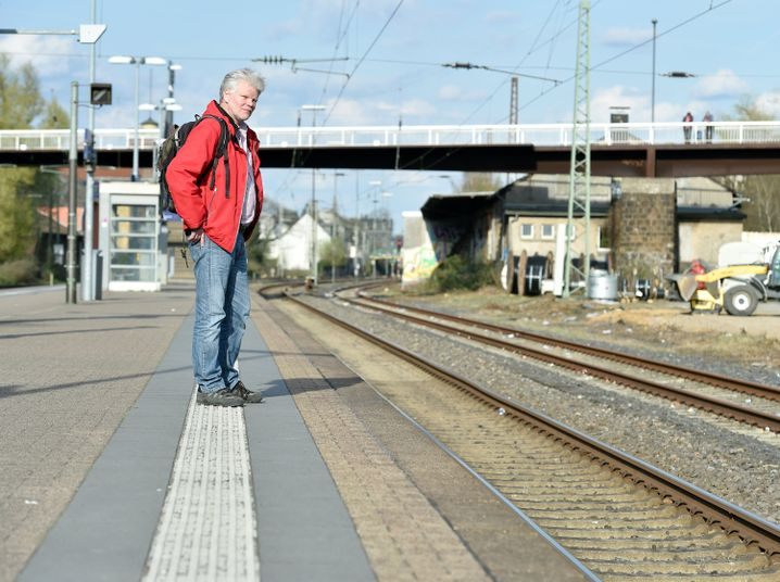 Pendler Klaus Theisen am Bahnsteig in Wuppertal