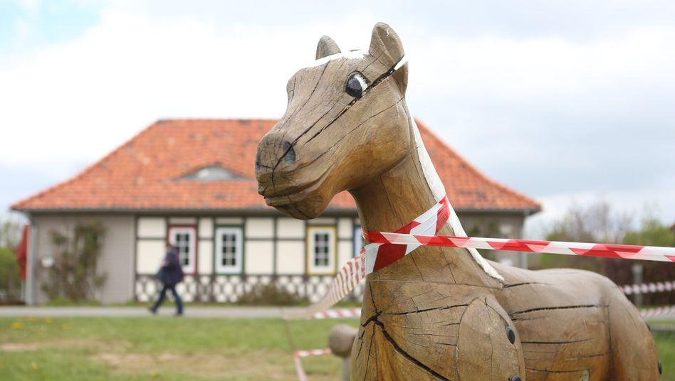 Ein abgesperrter Spielplatz in Wernigerode, Sachsen-Anhalt