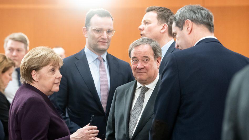 Kanzlerin Merkel, Gesundheitsminister Spahn, NRW-Ministerpräsident Laschet und Bayerns Landeschef Söder (im März 2020): Sogar die magische 40-Prozent-Schwelle erscheint wieder in Reichweite