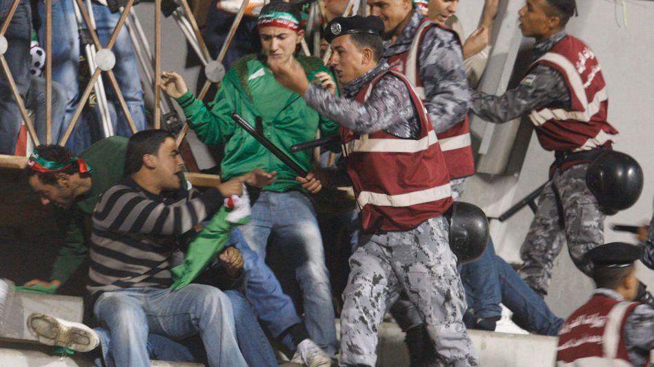 Polizisten gegen Zuschauer: Gewalt auf der Tribüne